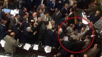 پرتاب کفش به نماینده مصری در پی دیدار با سفیر رژیم صهیونیستی