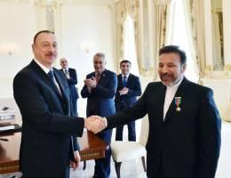 نشان دوستی ایران و آذربایجان بر سینه ی محمود واعظی