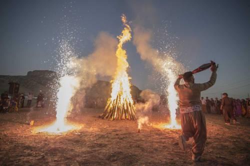برپایی جشن آتش نوروزی در روستای زلزله زده قلعه بهادری دشت ذهاب