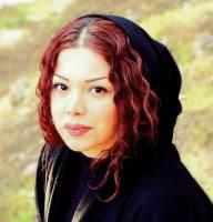 زنی که از بوم نقاشی، مقاومت، صلح و زندگی میآفریند